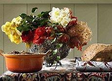 bukiet kwiatów na stole